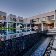 עיצוב מרהיב של הבריכה והחצר החיצונית בבית הקוביות